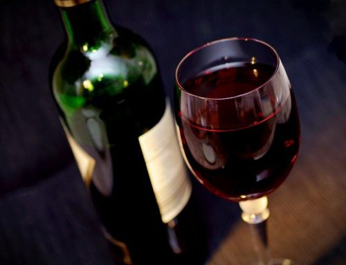 Een fles wijn met eigen etiket als blijk van waardering